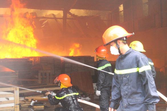 Tường đổ sập trong vụ hỏa hoạn công ty gỗ rộng hàng ngàn m2 - Ảnh 1.