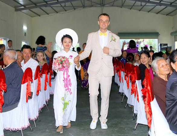 Chu du thế giới, chàng trai Estonia tìm thấy một nửa ở Việt Nam - Ảnh 1.