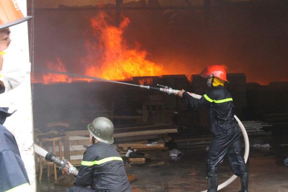 Tường đổ sập trong vụ hỏa hoạn công ty gỗ rộng hàng ngàn m2 - Ảnh 2.