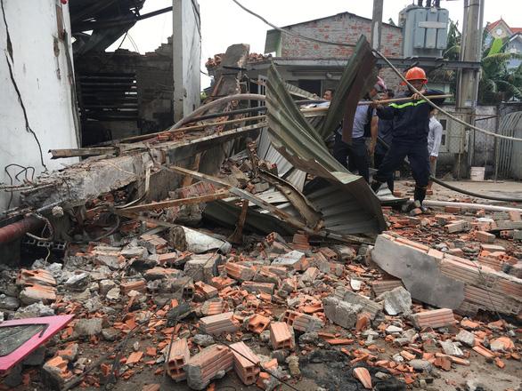 Tường đổ sập trong vụ hỏa hoạn công ty gỗ rộng hàng ngàn m2 - Ảnh 4.