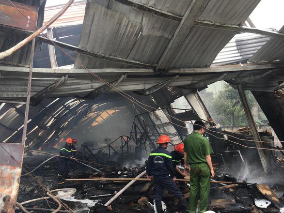 Tường đổ sập trong vụ hỏa hoạn công ty gỗ rộng hàng ngàn m2 - Ảnh 5.