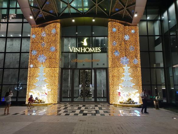 Giáng sinh rộn ràng tại những khu đô thị lớn tại Sài Gòn - Ảnh 1.
