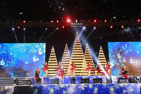 Giáng sinh rộn ràng tại những khu đô thị lớn tại Sài Gòn - Ảnh 4.