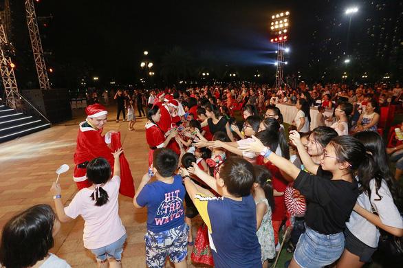 Giáng sinh rộn ràng tại những khu đô thị lớn tại Sài Gòn - Ảnh 5.