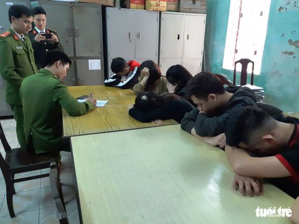 Phát hiện 31 thanh niên nam nữ tụ tập chơi ma túy ở Huế - Ảnh 1.