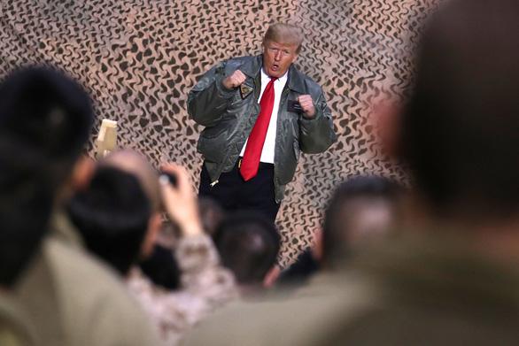 Ông Trump bất ngờ bay xuyên đêm thăm binh sĩ Mỹ ở Iraq - Ảnh 1.