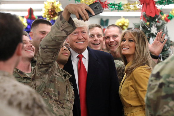 Ông Trump bất ngờ bay xuyên đêm thăm binh sĩ Mỹ ở Iraq - Ảnh 2.