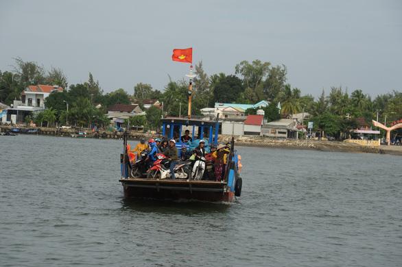 Phà hư sửa 2 tháng chưa xong, dân xã đảo lao đao - Ảnh 2.