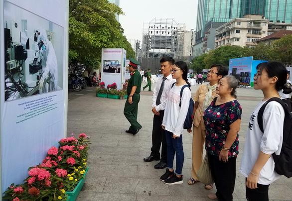 Xem hình ảnh 320 năm Sài Gòn TP.HCM tại phố đi bộ Nguyễn Huệ - Ảnh 2.