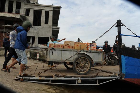 Phà hư sửa 2 tháng chưa xong, dân xã đảo lao đao - Ảnh 3.