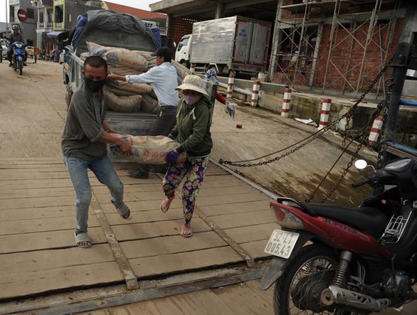 Phà hư sửa 2 tháng chưa xong, dân xã đảo lao đao - Ảnh 4.