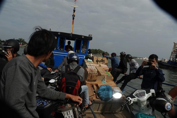 Phà hư sửa 2 tháng chưa xong, dân xã đảo lao đao - Ảnh 5.