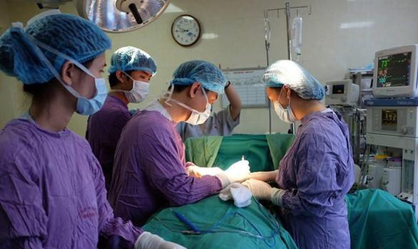 Cải thiện vòng 3 bằng silicon, một thiếu nữ phải nhập viện - Ảnh 1.