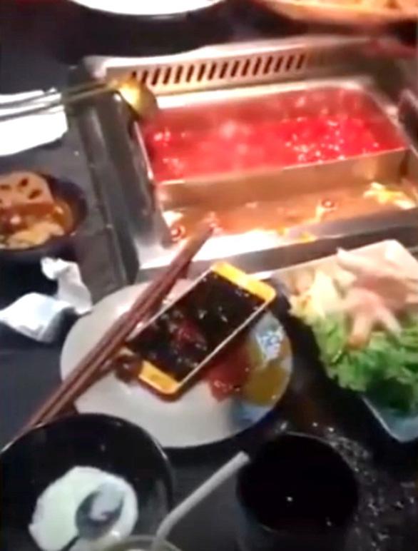 Bực bạn trai, cô gái Trung Quốc giật điện thoại thả vào nồi lẩu - Ảnh 3.
