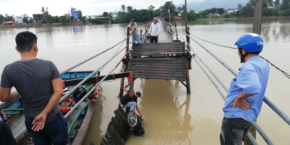 Cầu sập ở Khánh Hòa, 3 người rơi xuống sông - Ảnh 1.