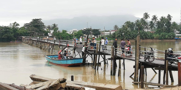 Cầu sập ở Khánh Hòa, 3 người rơi xuống sông - Ảnh 2.
