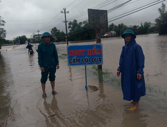 Phú Yên: Mưa lũ ngập đường, hàng ngàn hecta ruộng mất giống - Ảnh 3.