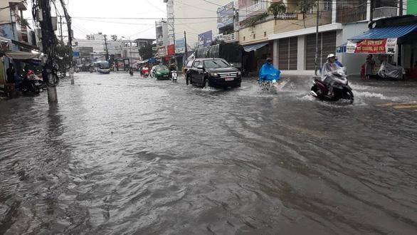 Nha Trang mưa ngập nhiều tuyến phố, dân vùng sạt lở sơ tán - Ảnh 2.