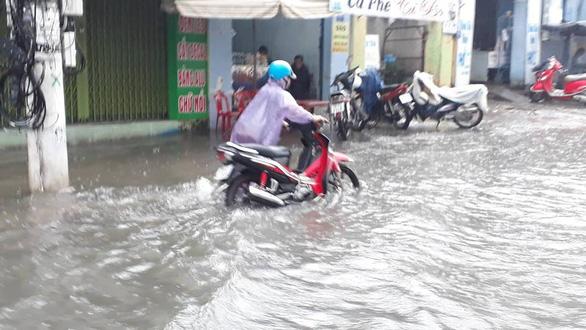 Nha Trang mưa ngập nhiều tuyến phố, dân vùng sạt lở sơ tán - Ảnh 1.