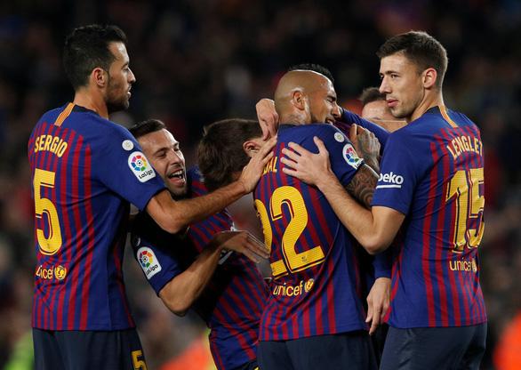 Messi kiến tạo tinh tế, Barca leo lên ngôi đầu - Ảnh 1.