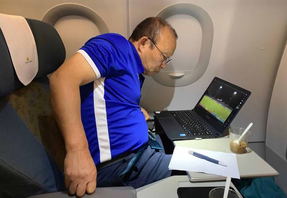 Ông Park nghiên cứu Philippines ngay trên máy bay về Hà Nội - Ảnh 2.