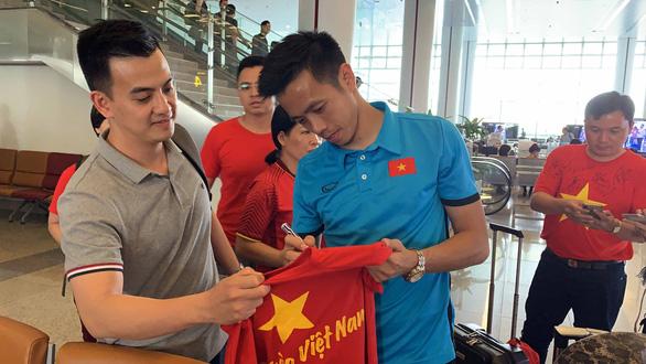 Hà Nội: áo của tuyển Việt Nam 500.000 đồng bán hết sạch - Ảnh 2.