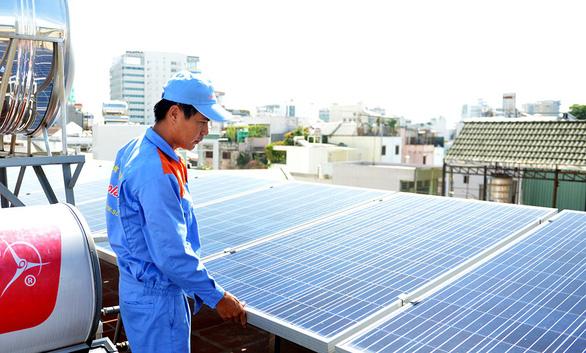 Nhiều hộ dân lắp điện mặt trời, mái nhà thành máy phát điện - Ảnh 1.
