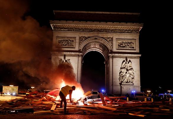 Khải Hoàn Môn của Pháp bị đập phá, bôi bẩn - Ảnh 7.