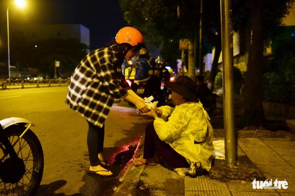 Những bát cháo tình người trên đường phố 2h sáng  - Ảnh 11.
