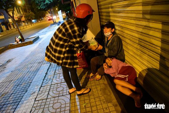 Những bát cháo tình người trên đường phố 2h sáng  - Ảnh 17.