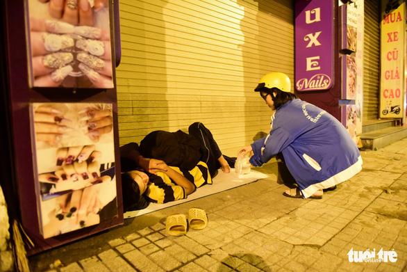 Những bát cháo tình người trên đường phố 2h sáng  - Ảnh 14.