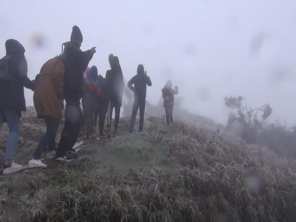 Du khách ùn ùn lên Mẫu Sơn xem băng giá - Ảnh 8.