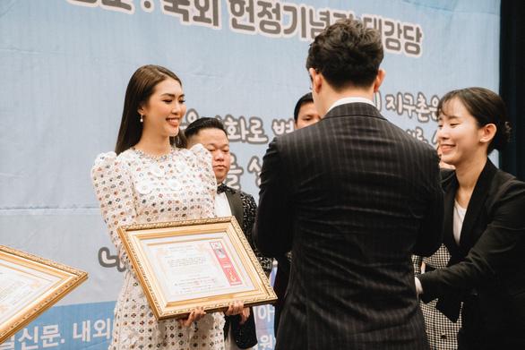 Hoa hậu Tường Linh nhận giải Nghệ sĩ vì cộng đồng ở Hàn Quốc - Ảnh 1.