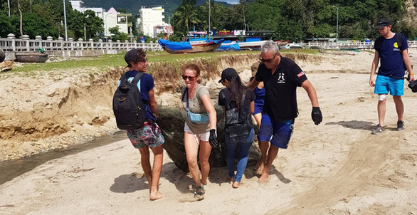 Bãi biển sạch - món quà năm mới cho Nha Trang - Ảnh 4.
