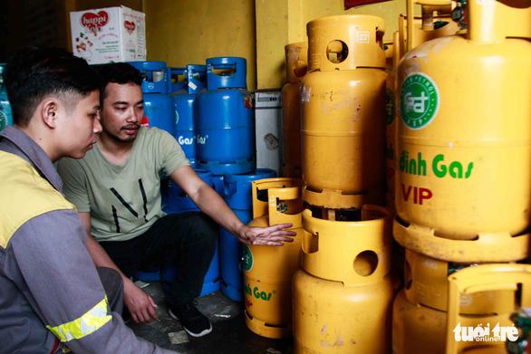 Giá gas trong nước tăng 4.000 đồng/bình dù giá gas thế giới giảm - Ảnh 1.
