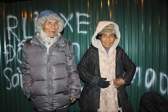 Tặng chăn ấm trong đêm Hà Nội co ro vì giá rét - Ảnh 5.