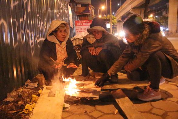Tặng chăn ấm trong đêm Hà Nội co ro vì giá rét - Ảnh 6.