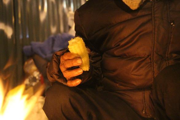 Tặng chăn ấm trong đêm Hà Nội co ro vì giá rét - Ảnh 7.