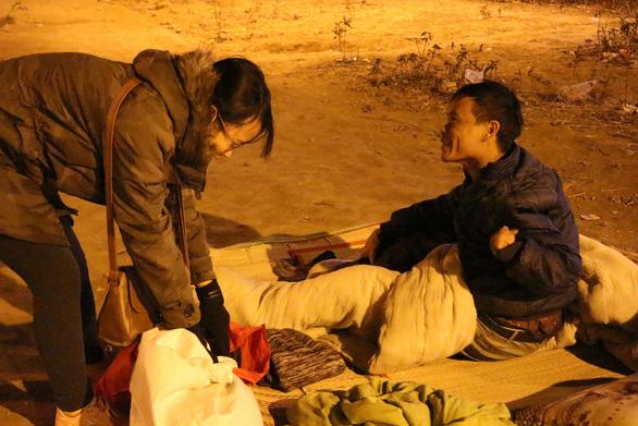 Tặng chăn ấm trong đêm Hà Nội co ro vì giá rét - Ảnh 8.