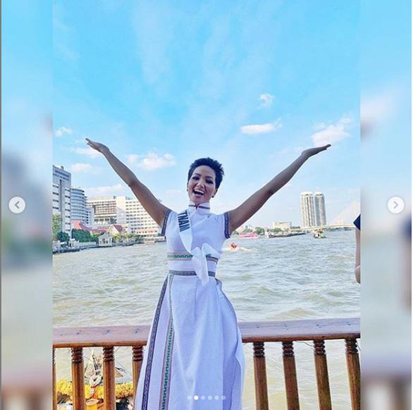 H'Hen Niê mang áo dài thổ cẩm lên tạp chí Vogue Thái Lan - Ảnh 2.