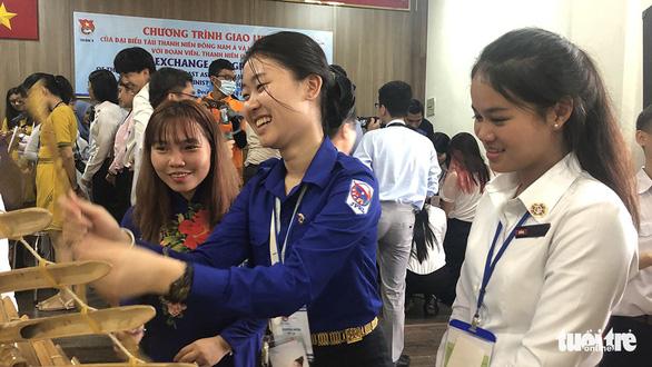 Đại biểu tàu thanh niên SSEAYP: Yêu quá áo dài và nhạc cụ Việt - Ảnh 1.