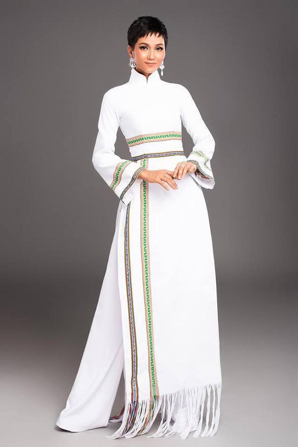 H'Hen Niê mang áo dài thổ cẩm lên tạp chí Vogue Thái Lan - Ảnh 4.