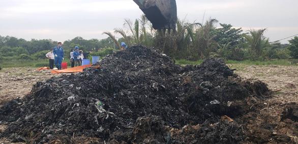 UBND TP chỉ đạo xử lý vụ đem chất thải đi san lấp mặt bằng - Ảnh 1.