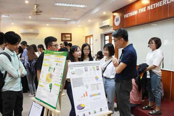 Sinh viên đại học Kinh tế TP.HCM thi hết môn bằng triển lãm báo cáo - Ảnh 1.
