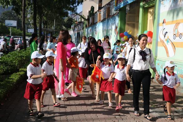 Học sinh Sài Gòn cười tít mắt khi đi xuồng trong... trường học - Ảnh 6.