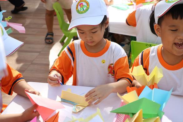 Học sinh Sài Gòn cười tít mắt khi đi xuồng trong... trường học - Ảnh 7.