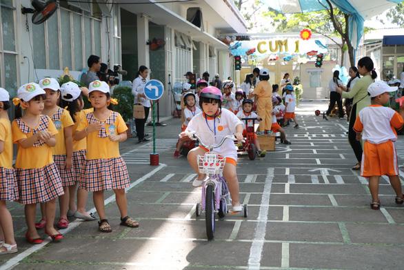 Học sinh Sài Gòn cười tít mắt khi đi xuồng trong... trường học - Ảnh 4.