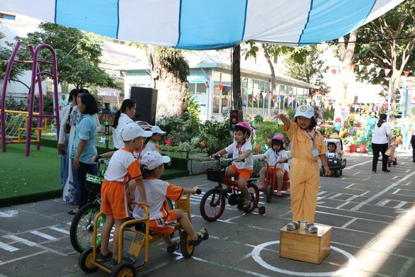 Học sinh Sài Gòn cười tít mắt khi đi xuồng trong... trường học - Ảnh 5.
