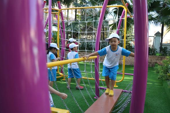Học sinh Sài Gòn cười tít mắt khi đi xuồng trong... trường học - Ảnh 9.