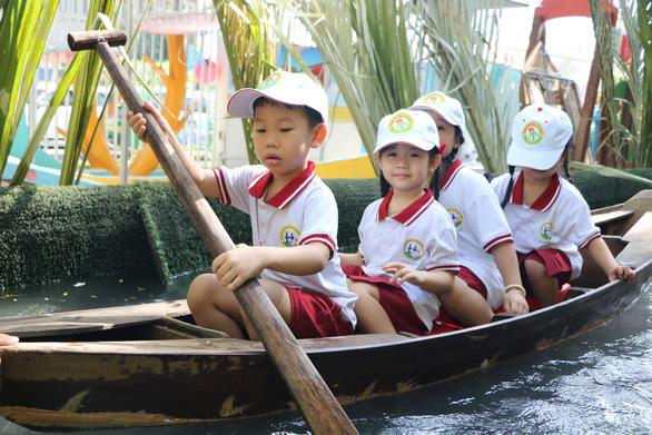 Học sinh Sài Gòn cười tít mắt khi đi xuồng trong... trường học - Ảnh 3.